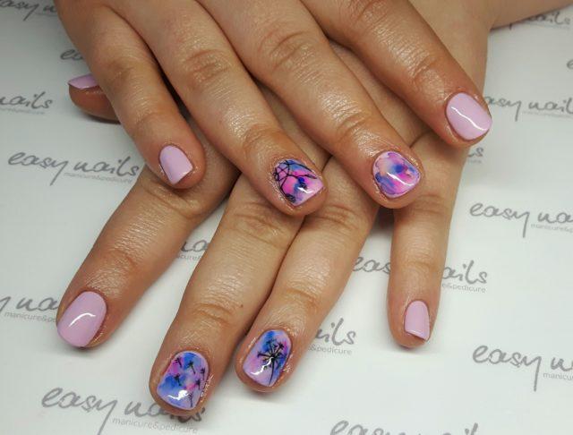 Różowy manicure hybrydowy z kwiatowymi wzorami