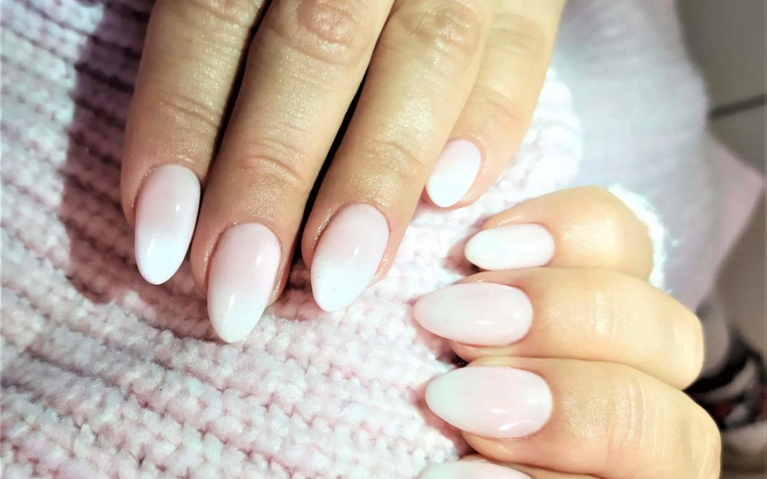 Biały manicure z efektem baby boomer