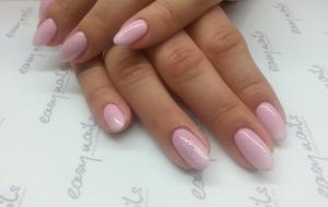 Delikatny różowy manicure hybrydowy fantazyjny ombre